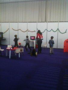 Et oui la garderie du marché accepte de prendre les pirates ! Lulu à la wii qui dance avec les copains et farwest au repos!