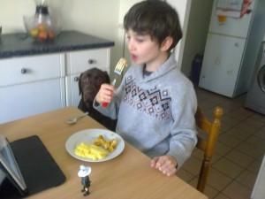 Manger à table son repas Westy et ma mère veillant aux miettes !